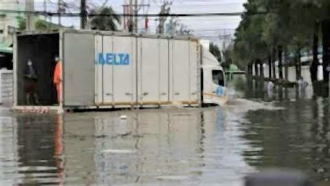 pict-Flooding forces some Bang Poo factories to close2.jpg