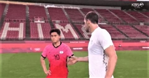 pict-NZ選手から握手を求められ,憮然とした表情で拒否.jpg