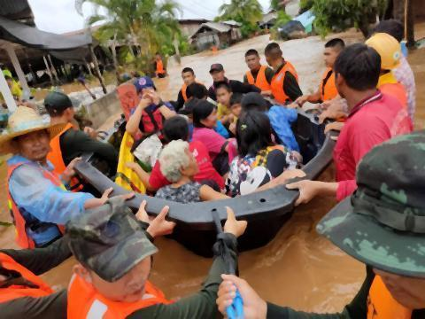pict-Over 1,000 homes hit by floods in Loei.jpg