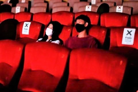 pict-People head for movies, massage.jpg
