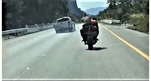 pict-Policeman on big bike to chase.jpg