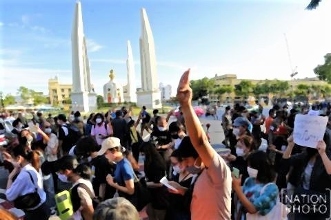 pict-Pro-democracy protesters walk around Democracy Monument on Sunday evening.2.jpg