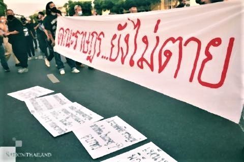 pict-Protesters display a banner.jpg