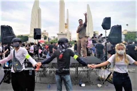 pict-Protesters gathering at Democracy Monument.jpg
