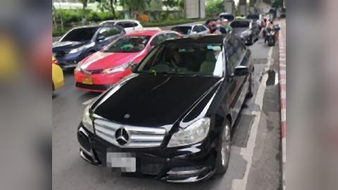 pict-Senator's black Mercedes.jpg