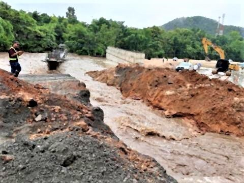 pict-Six sections of the Chiang Rai road swept away.jpg