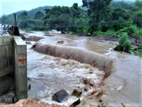 pict-Six sections of the Chiang Rai road swept away3.jpg