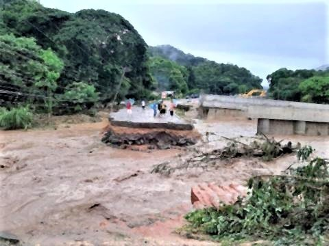 pict-Six sections of the Chiang Rai road swept away4.jpg