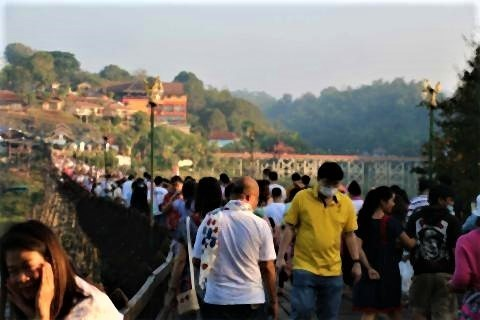 pict-Tourists have flocked to Sangkhla Buri.jpg