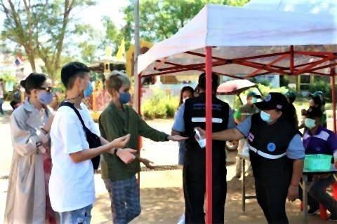 pict-Tourists have flocked to Sangkhla Buri2.jpg