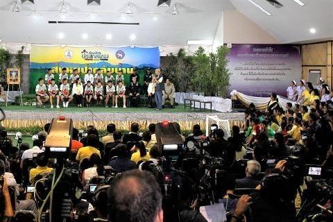pict-Twelve rescued members of  soccer team .jpg