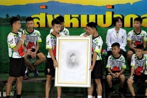 pict-Twelve rescued members of the Moo Paa  soccer team .jpg