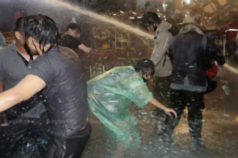 pict-Water cannon 2.jpg