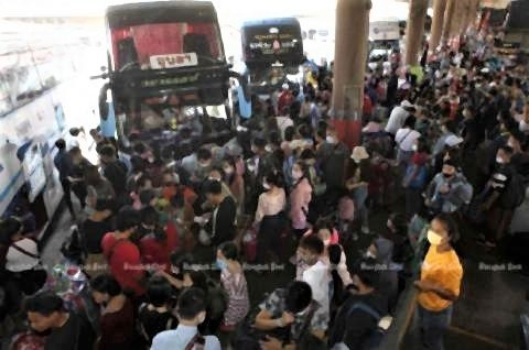 pict-crowded Mor Chit bus terminal in Bangkok on Sunday.jpg