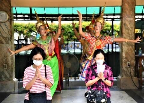 pict-dancer at the Erawan Shrine.jpg