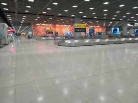 pict-empty Suvarnabhumi Airport.jpg