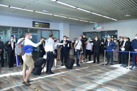 pict-first foreign tourists to arrive at Phuket.jpg