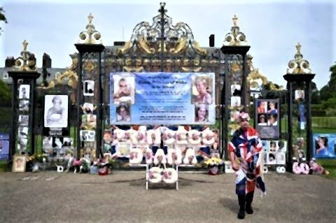 pict-gates of Kensington Palace to celebrate.jpg