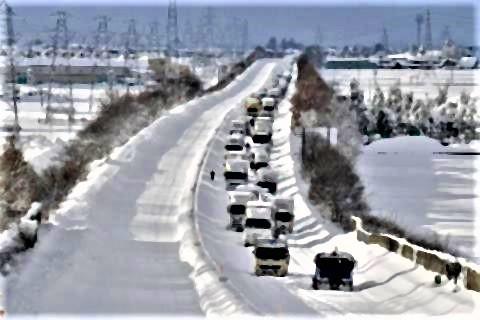pict-pict-北陸自動車道では十日午前五時までに計四カ所で約千五百台が立ち往生。.jpg