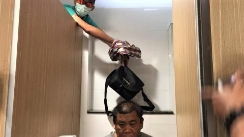 pict-toilet thief grabs bags.jpg